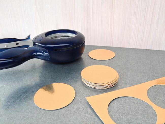 Hach. Das habe ich gerade mal schnell entdeckt: DIY Riesen-Tisch-Konfetti aus einer Schoko-Kuss-Verpackung