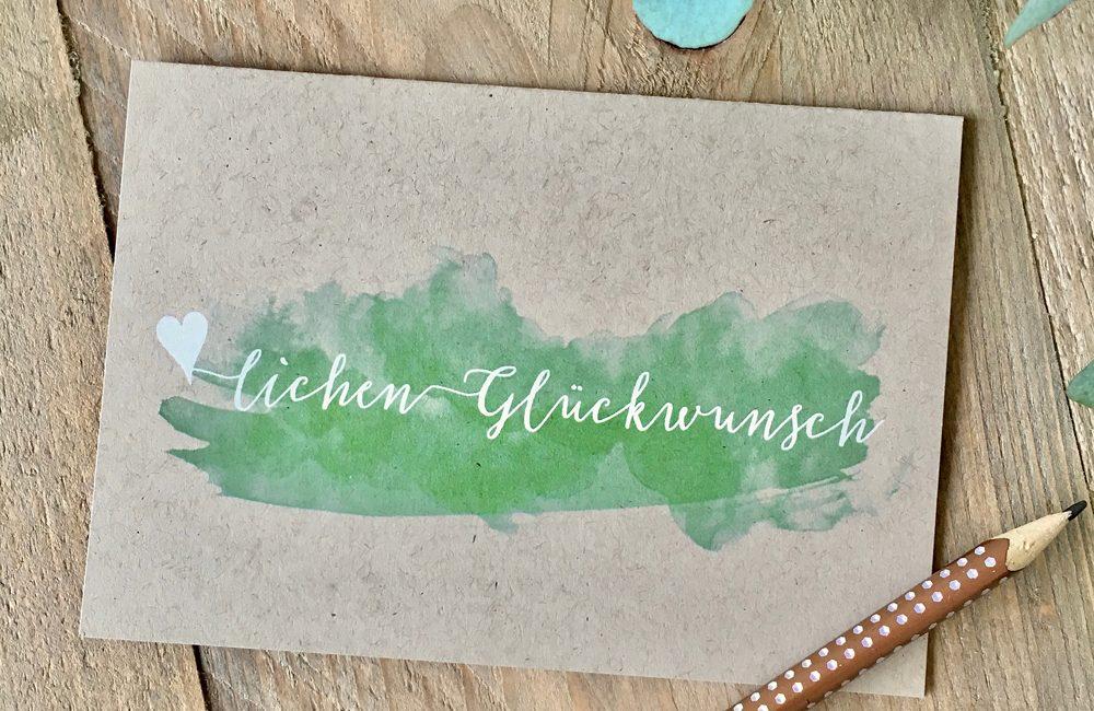Die neue Glückwunschkarte mit weißer Typo und einem Hauch Grün