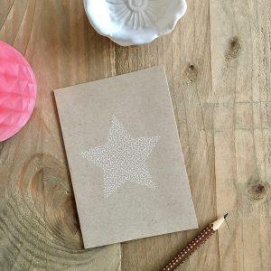 Weihnachtsgrüße mit Stern auf Kraftpapier