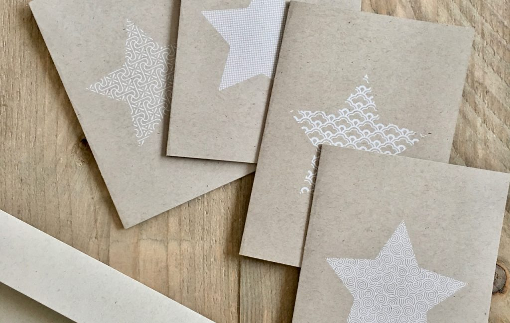 Ha! Hier sind sie – die neuen Weihnachtskarten. Frisch gedruckt in weiß auf Kraftpapier.